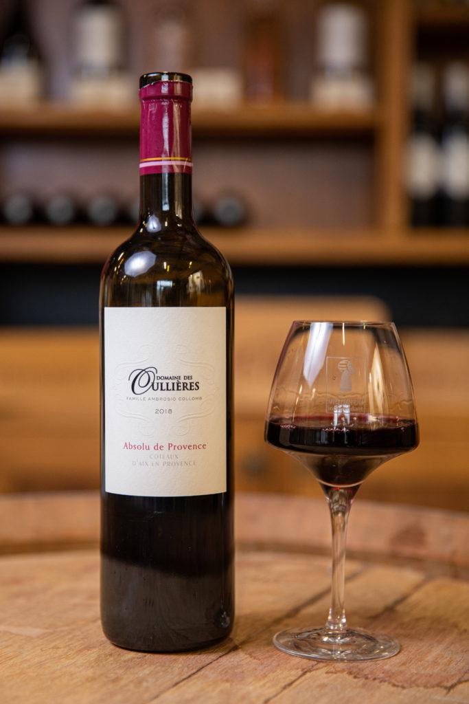 vin-rouge-puissant-aromes-eclatants-coteaux-aix-provence-rouge-bouteille-domaine-oullieres-verre